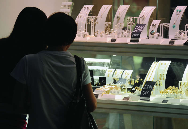 gold-jewellery-shoppers.jpg